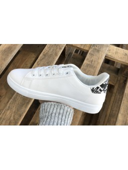 Zapatillas blancas detalle...