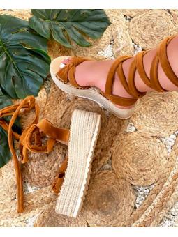 Sandalia marrón plataforma...