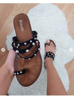 Sandalia negra tachuelas...