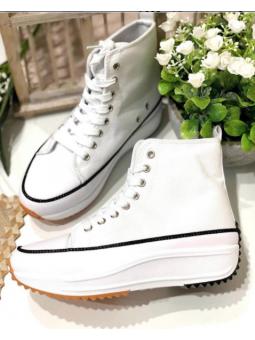 Zapatilla blanca tipo bota...