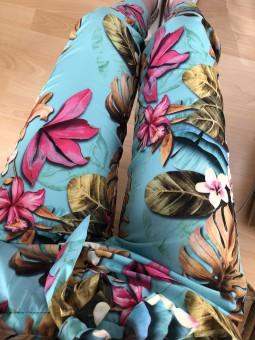 Pantalón estampado fondo turquesa