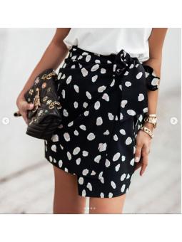 Falda cruzada fondo negro...