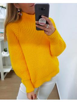 Suéter amarillo cuello alto