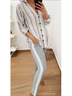 Pantalones grises raya blanca
